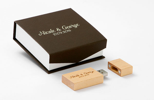 Χάρτινο κουτί χρώματος καφέ μαζί με Usb-stick  16 Gb σε χρώμα φυσικού ξύλου.